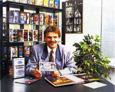 Jacek Samojłowicz, prezes Neptun Video Center, prezentuje Srebrną Kasetę - nagrodę dla najlepszego dystrybutora kaset video w Polsce w 1992 roku |Foto: Katalog dystrybutora NVC
